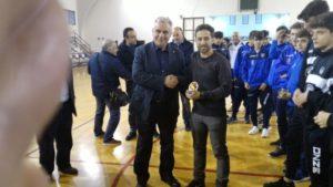 Il Presidente Raciti si complimenta con l'arbitro Monaco