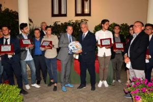 Giuseppe Raciti consegna il piatto ricordo ad Armando Salvaggio
